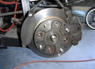 arabanın üzerinde fren diskleri ve balatalar