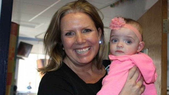 A bebé não recebe visitas no hospital há cinco meses… A enfermeira que cuida dela decidiu adotá-la…