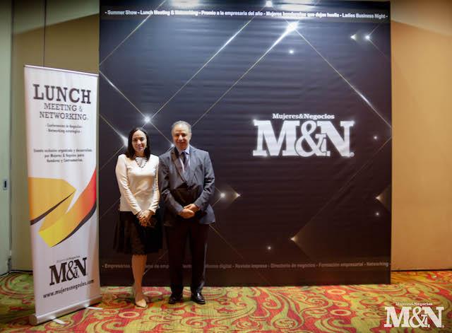 Wanndha Pavón, directora de Mujeres & Negocios, junto a Jose Luis Revah, speaker argentino.