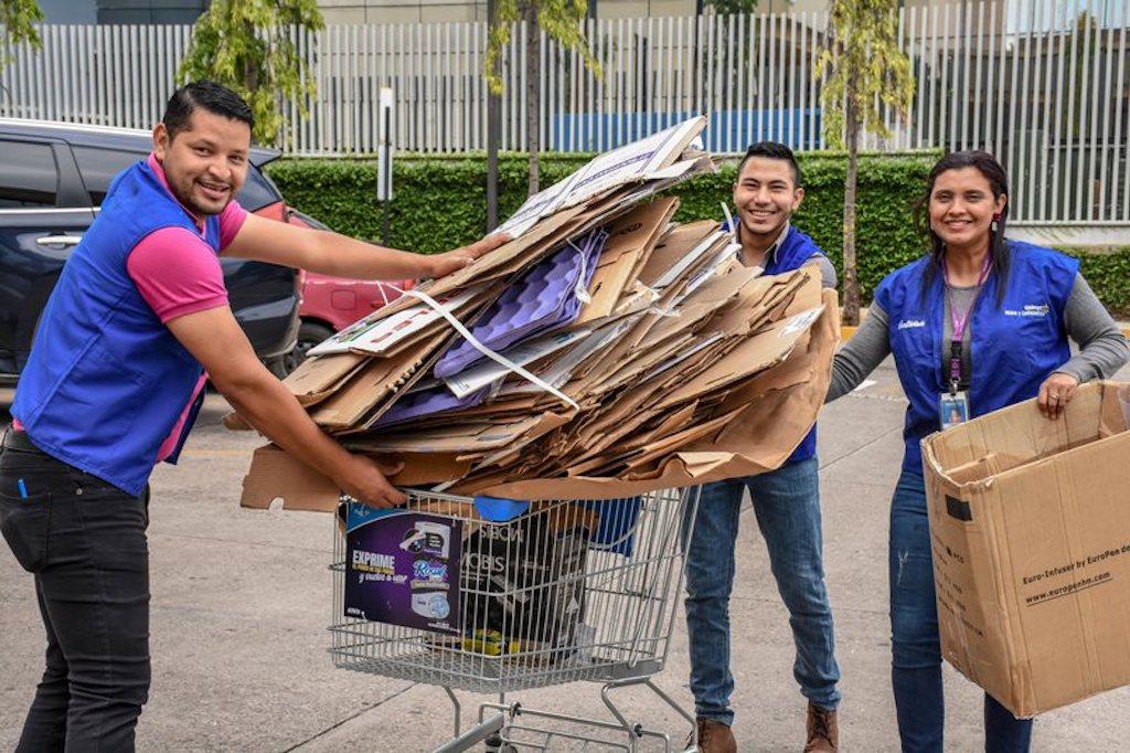 asociados de Walmart recolectan material reciclaje