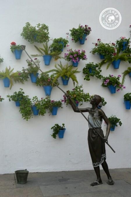 Escultura mujer en homenaje a los patios de Córdoba