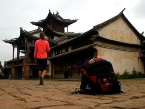 Claudia y su mochila en China.
