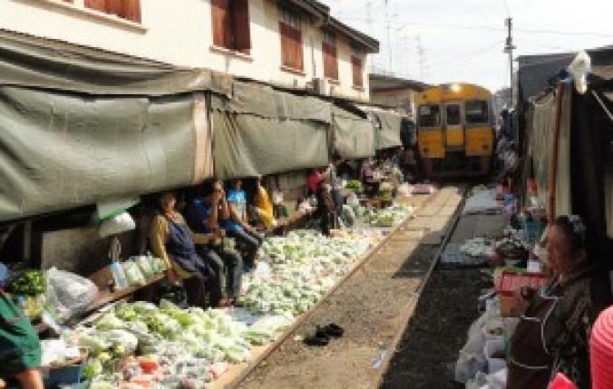 Tren pasando por el mercado