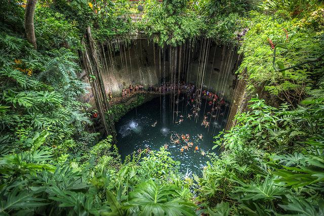 Vista desde la parte superior del Cenote Ik Kil en Mejico