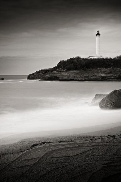 Panoramica en blanco y negro de Biarritz con el faro al fondo