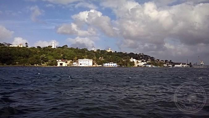 Vista del Cristo desde el otro lado de la bahía.