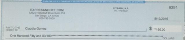 Uno de los cheques recibidos