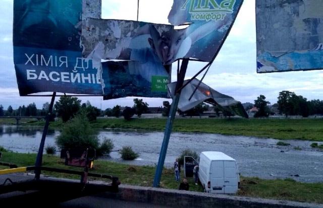 П'яний водій на Mercedes Sprinter протаранив бігборд та заїхав у Латорицю (ФОТО)