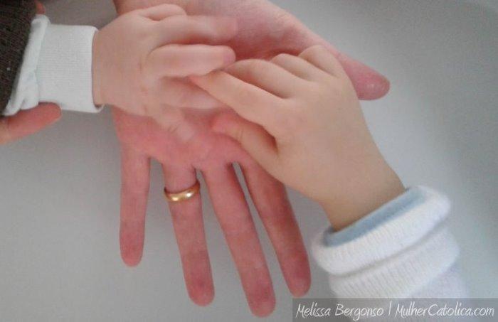 Mãozinhas das duas vidas que Deus me deu! Melissa Bergonso | MulherCatolica.com