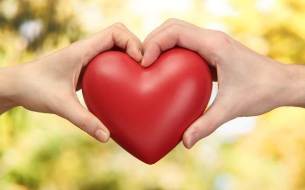 Mãos segurando e formando um coração