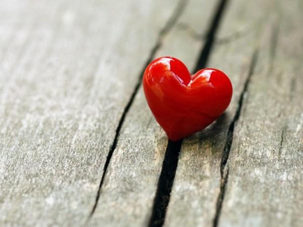 Coração sobre uma mesa de madeira