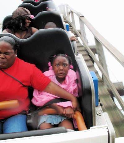 Montanha Russa - Menina assustada na foto