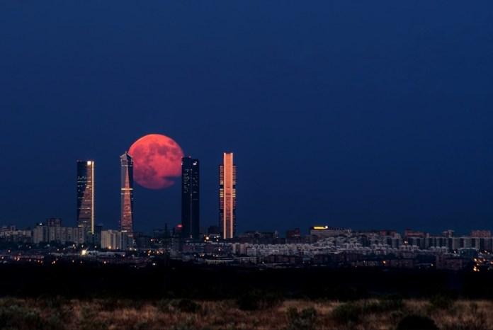 Lua crescente acima de Madrid, Espanha