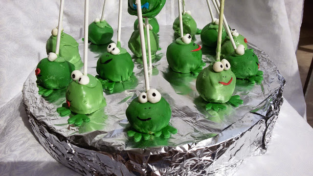 Frog cake pops! Cute enough to kiss and sweet to eat.