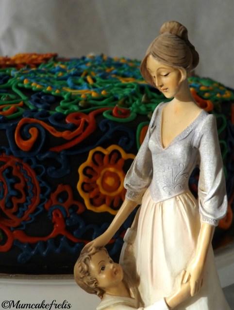 Torta compleanno Mamma in pasta di zucchero con fiori in ghiaccia reale