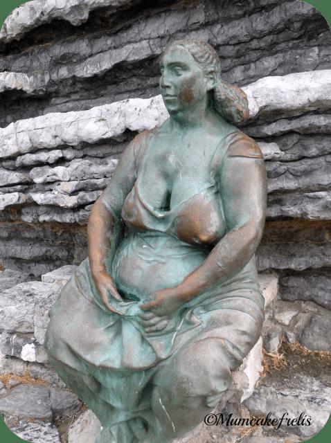 Statua sopra grotta byron