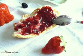 ricetta per la marmellata e confettura artigianale fatta in casa con more di gelso e fragole Mulberry Strawberry Jam Diabetes Food, Sweets Treats, Sweets Feast, Heart Food, Recipe Pick, Pinterest Mulberry, Mulberry Trees, Canning Preserves, Mulberry Recipe