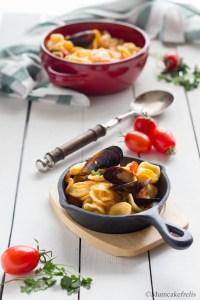 pasta e cozze con pomodori