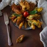 fiori di zucca e erbe aromatiche fritte in pastella