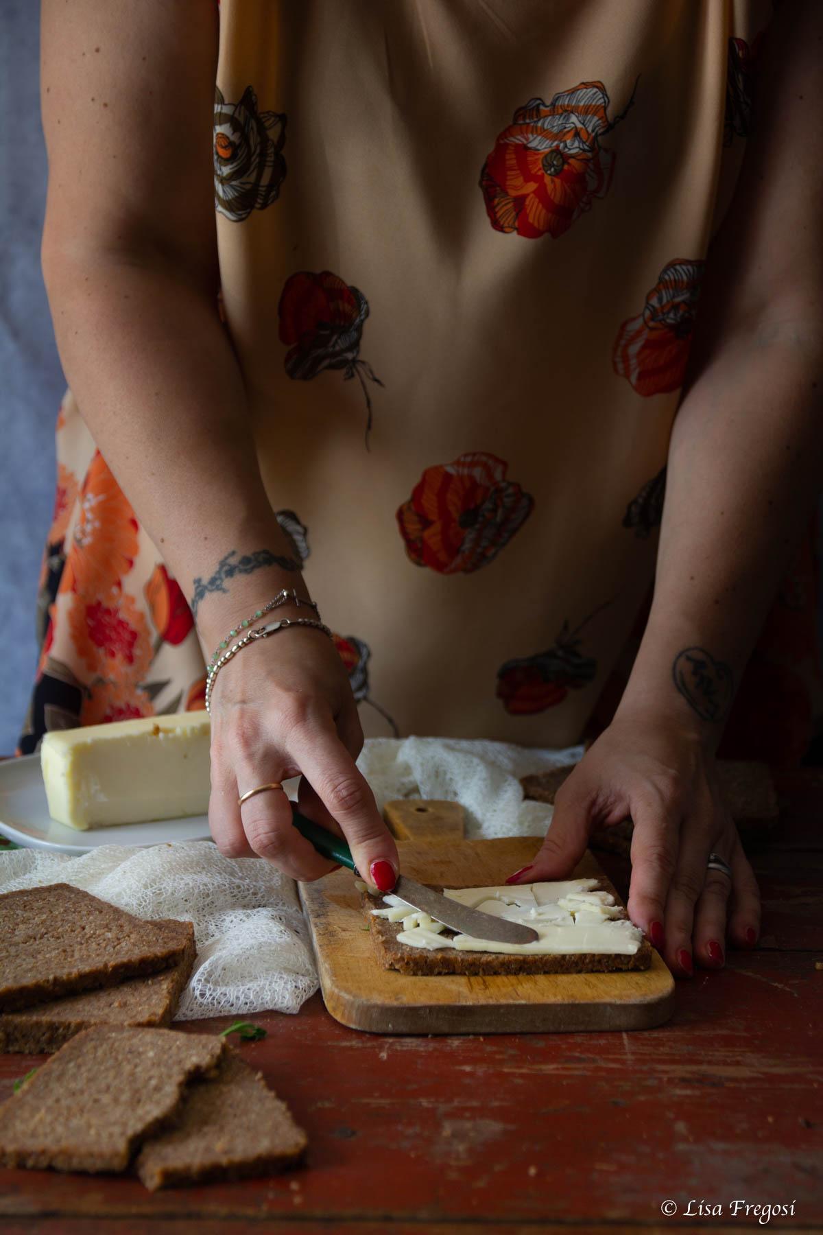 pane di segale con burro per sandwich