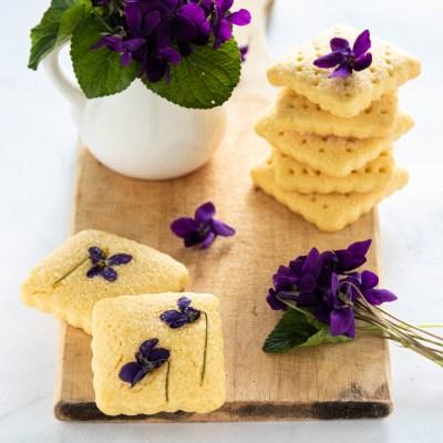 Biscotti con violette primaverili