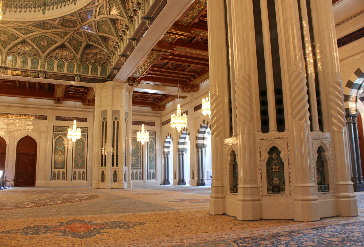The magnificent men's prayer hall at the Sultan Qaboos Grand Mosque in Muscat - my tips for spending 24 hours in Muscat, Oman with kids