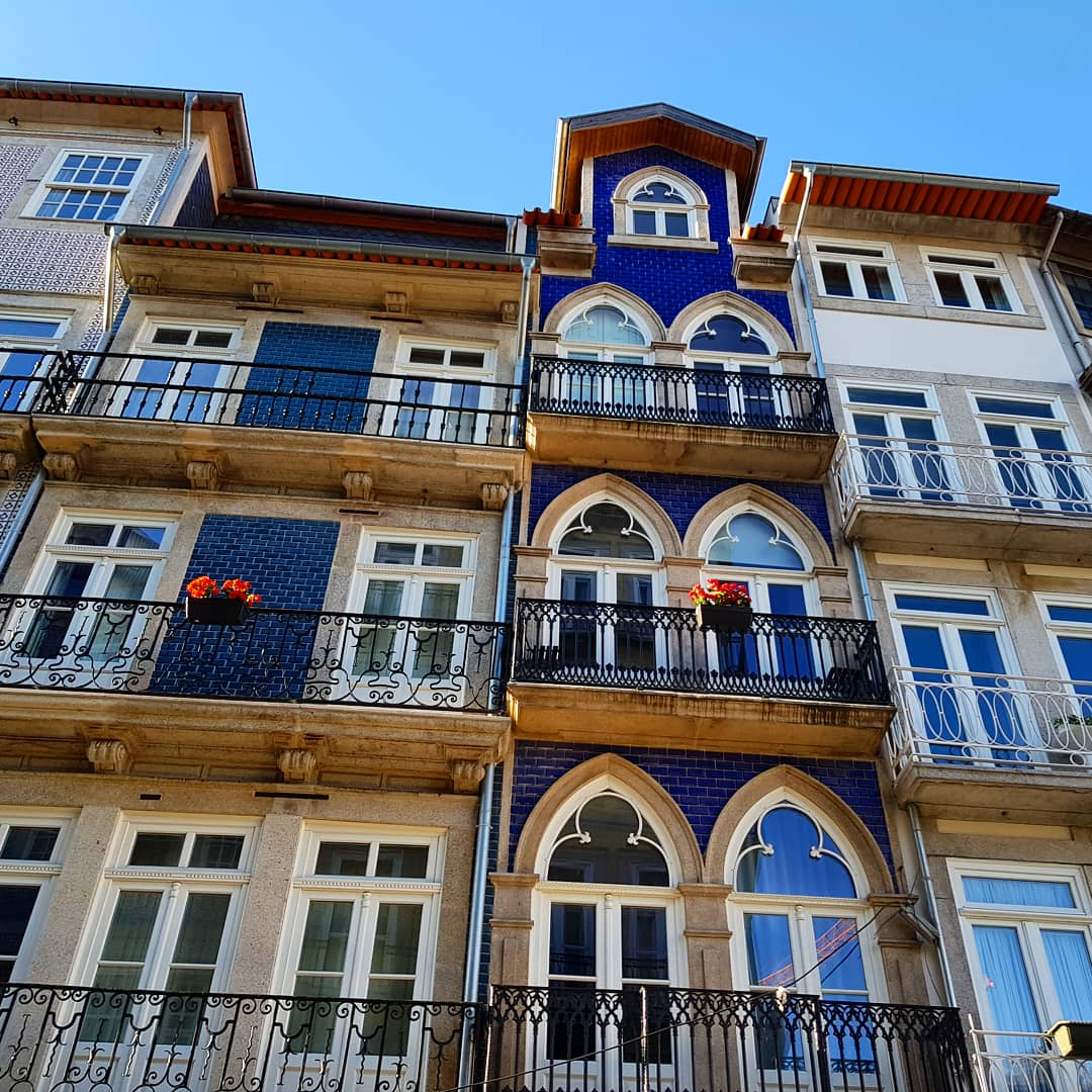 Blue tiled building on Rua das Flores in Porto - my Porto travel tips and lessons for visiting with kids