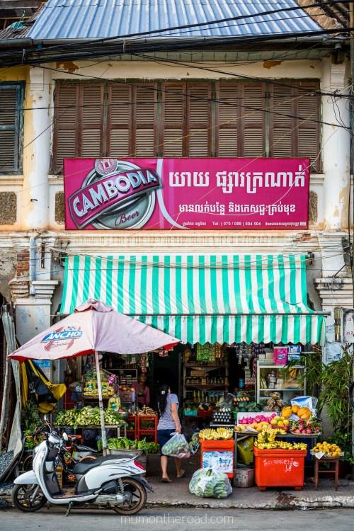 Petite échoppe locale qui vend des fruits et des légumes à Kampot au Cambodge