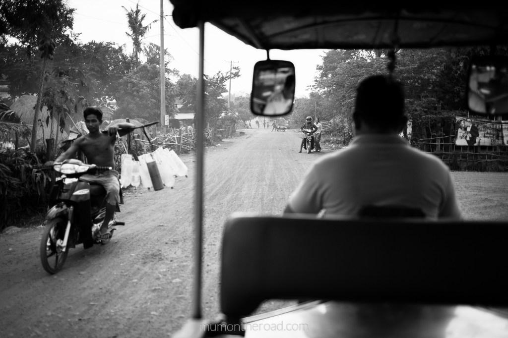 En tuk-tuk sur les sentiers de campagne à Kompong Chhnang au Cambodge