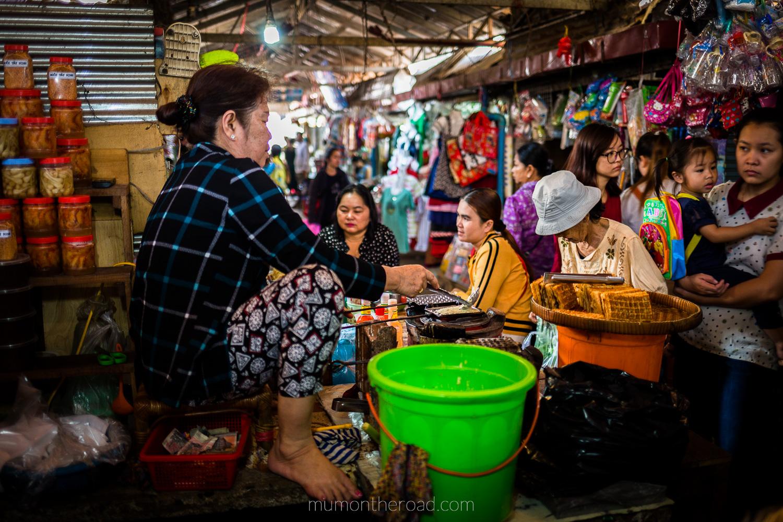 Marchande de gaufres au marché de Kampot au Cambodge