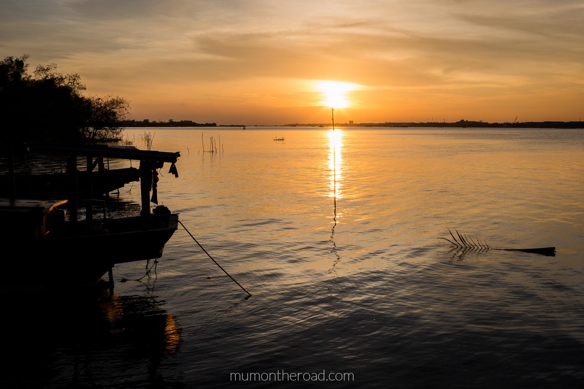 Coucher de soleil et bateau sur un bras du delta du Mékong à My Tho, Vietnam