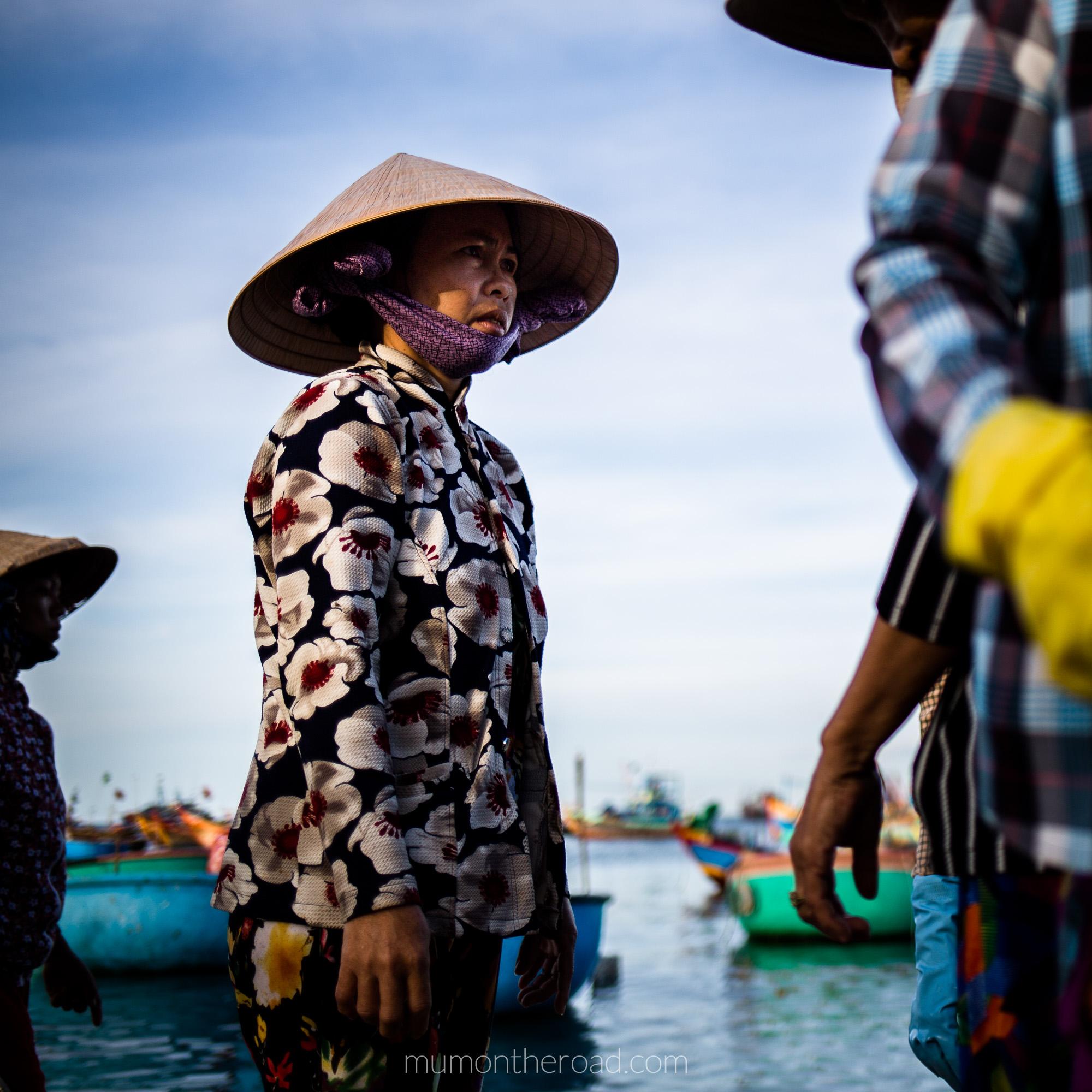 Vendeuse de poissons portant un chapeau conique au village des pêcheurs de Mui Ne au Vietnam