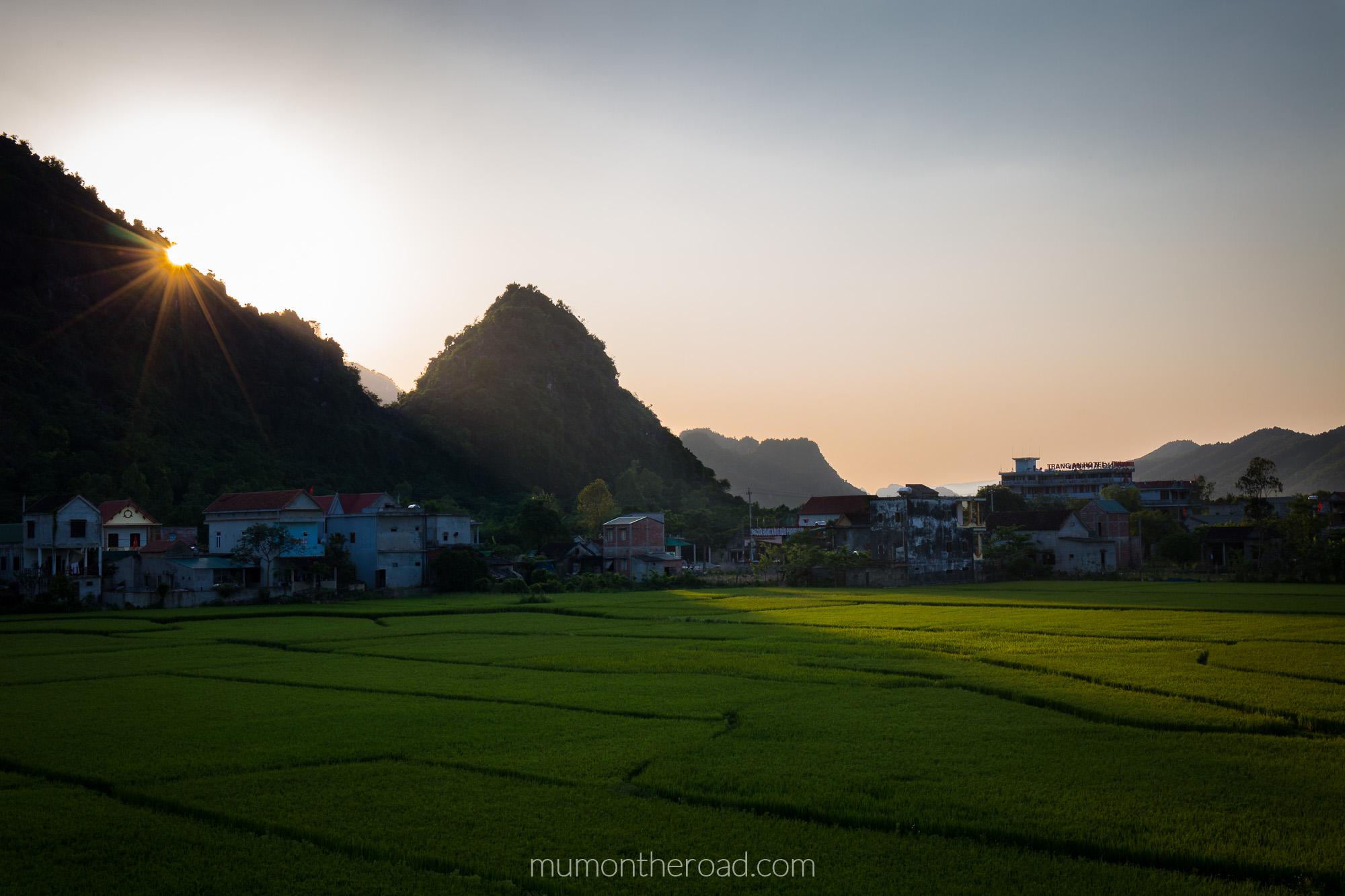 Coucher de soleil sur les rizières à l'entrée du village de Phong Nha au Vietnam
