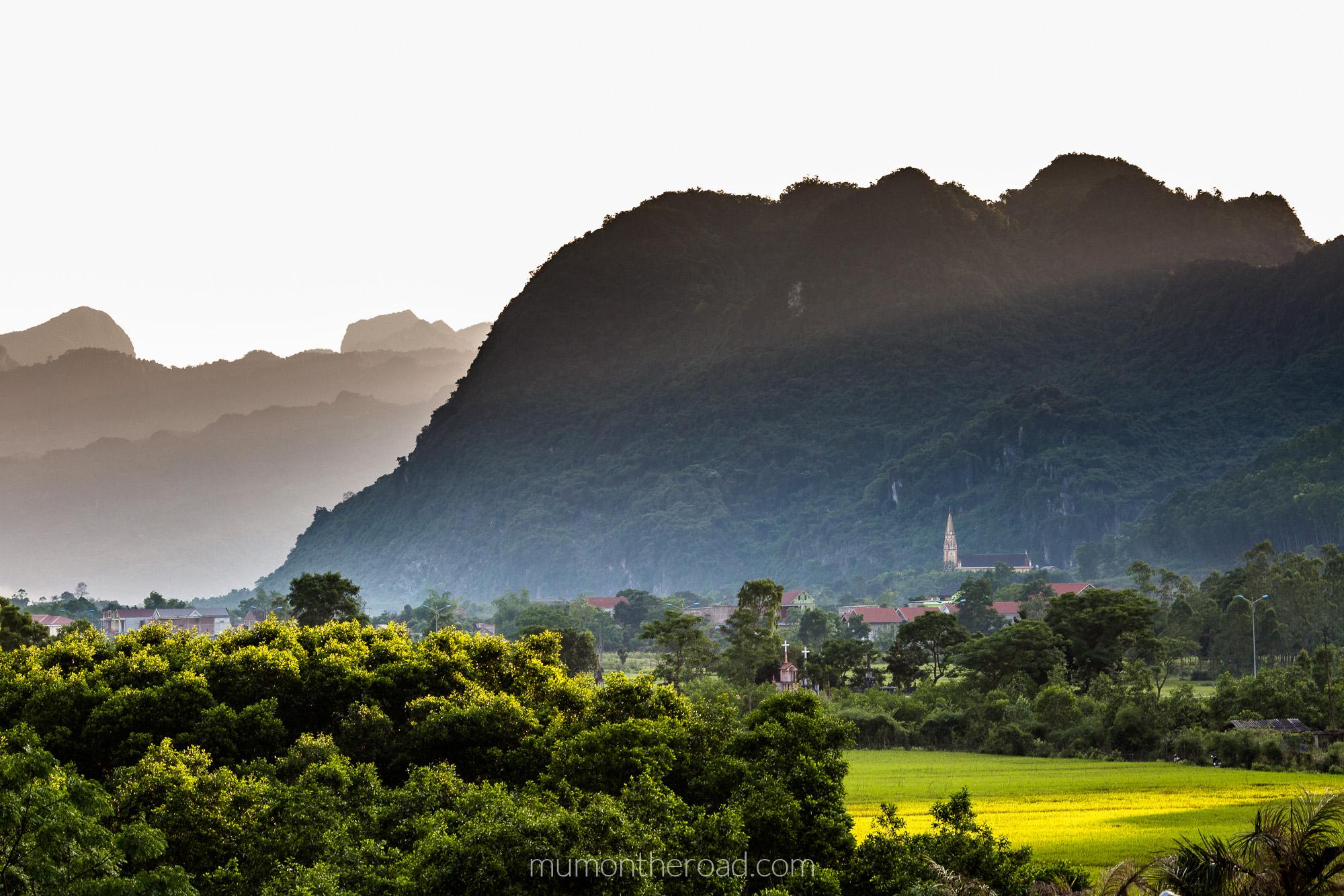 Coucher de soleil sur l'église proche du village de Phong Nha au Vietnam