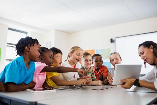 enfants devant un écran muna kalati