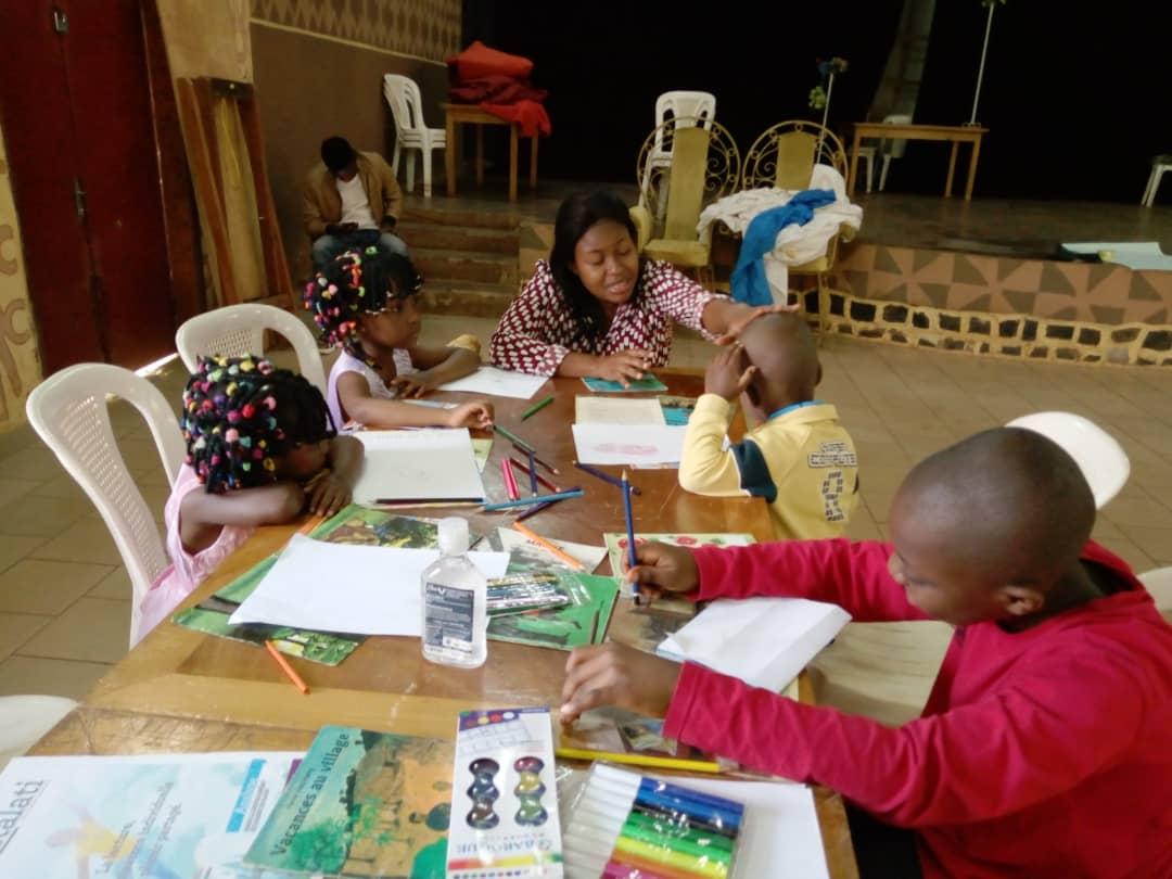 Guinaelle Kengne en interaction avec les enfants