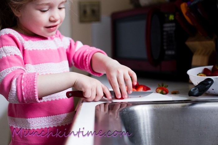 Easy #recipeforkids Best Strawberry Pie Recipe - easy step by step recipe with pictures. www.munchkintime.com