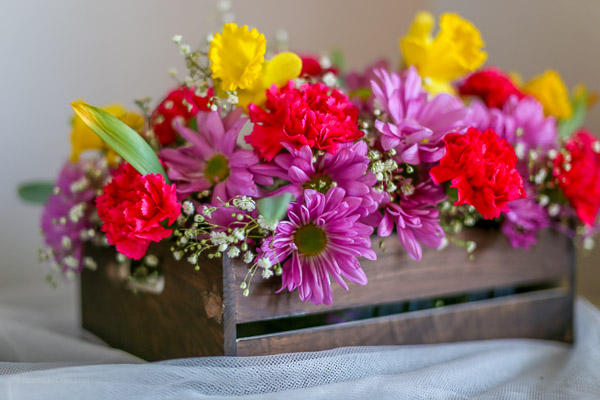 DIY - Daisy Daffodil Carnation Flower Centerpiece by Love Keil -- www.munchkintime.com #flowercenterpiece