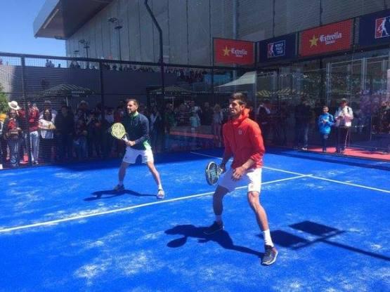 Novak Djokovic jugando al pádel