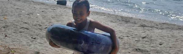 Niño en el lago toba