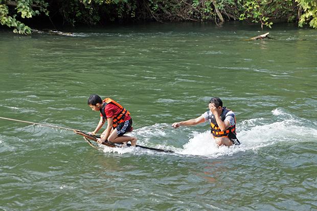 Jugando-en-el-río-2