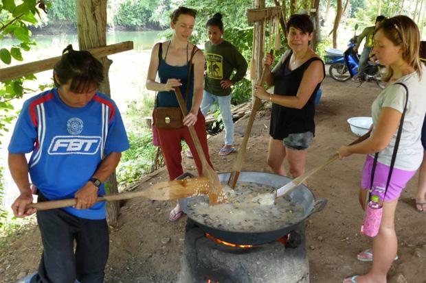 Preparando-la-comida-de-los-elefantes