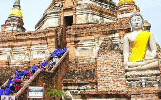 turistas visitando un templo de tailandia