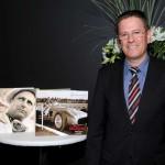 Roland Zey, presidente de Mercedes-Benz Argentina junto al libro Siglo Fangio