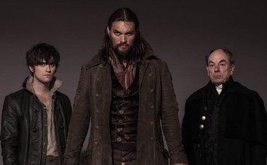 Os três protagonistas da série. Da esquerda para a direita, Landon Liboiron (Michael Smyth), Jason Momoa (Declain Harp) e Alun Armstrong (Lord Benton)