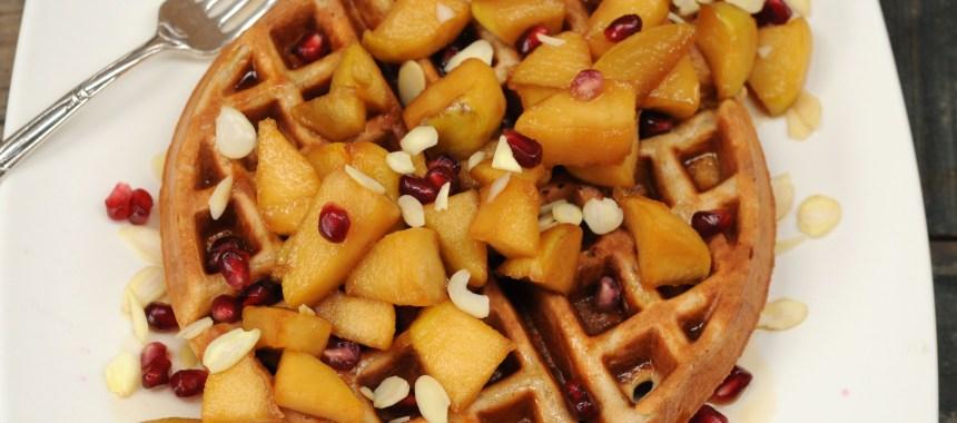 Waffles de Manzanas con Manzanas Salteadas con Maple Syrup