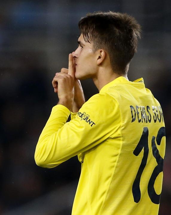 El centrocampista del Villarreal Denis Suárez celebra el primer gol de su equipo ante la Real Sociedad  en el estadio de Anoeta