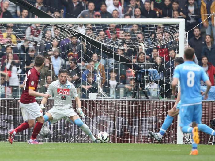 Miralem Pjanic marca el 1-0 de la Roma contra el Nápoles.