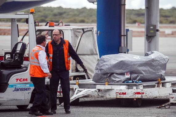 Funcionarios del aeropuerto Carlos Ibañez recogiendo el cuerpo de Worsley