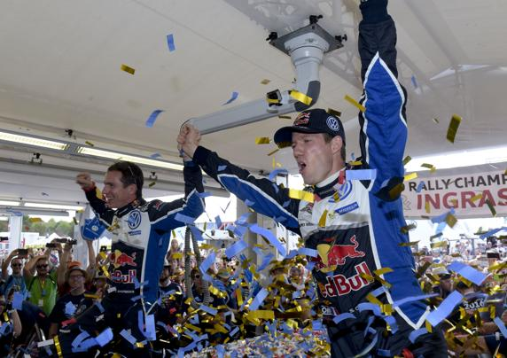 Sébastien Ogier y su copiloto Julien Ingrassia celebran su cuarto título consecutivo
